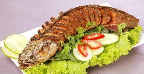 Món cá chiên, rau sống chấm nước mắm đơn giản