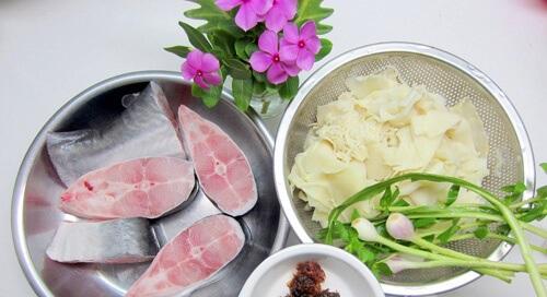Chuẩn bị nguyên liệu nấu canh măng chua cá basa