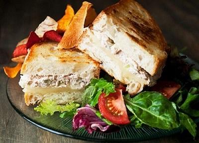 Bánh mì kẹp cá ngừ ngâm dầu
