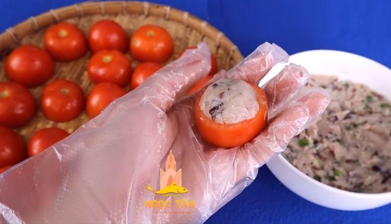 dồn chả cá vào cà chua