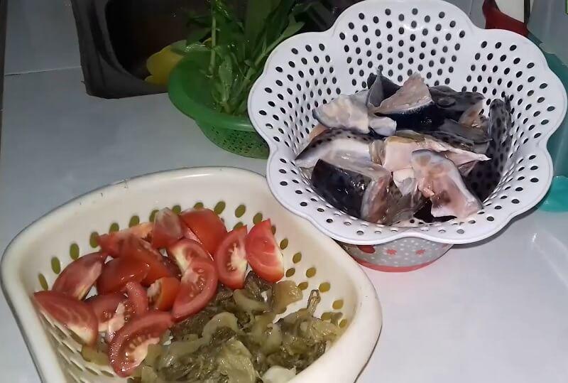 nguyên liệu món đầu cá hồi nấu dưa chua