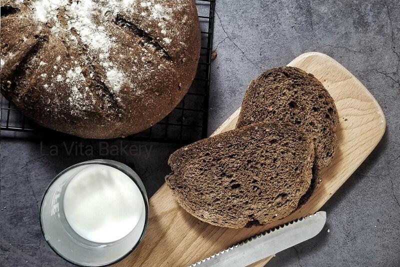 Bánh mì đen tại La Vita Bakery